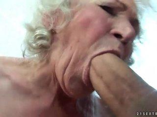 Rondborstig oma gets haar harig poesje geneukt