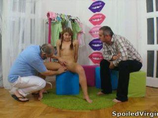 Spoiled virgins: russisch meisje has haar jong virgin poesje checked.