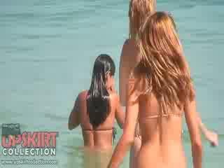 The cutie dolls içinde seksi bikinis are oynama ile the waves ve getting spied üzerinde