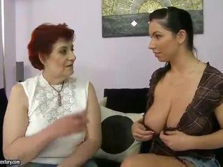 Resnas vecmāte un krūtainas pusaudze appreciating lesbo porno