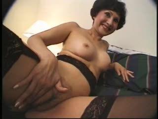 แก่แล้ว เอเชีย หญิง strokes two men บน โรงแรม เตียง