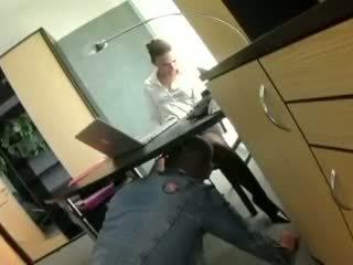 Pisikene sekretär claudia rossi sisse pitspesu keppimine juures the kontoris