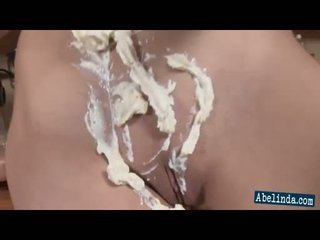 Sexig ung abelinda smothers henne tuttarna och twat i cream och frigs henne klitte