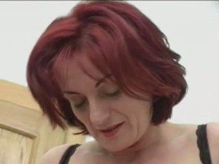 Pelirroja granny-beauty anal en stairs