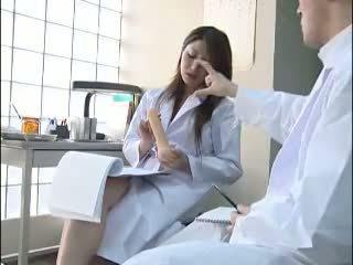 Sexy giapponese dottore gives suo colleague un bj