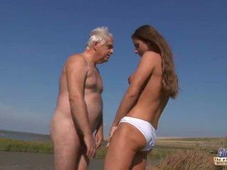 Jauns krūtainas goddess jāšana vecs vīrietis uz a mežonīga jāšanās par the pludmale