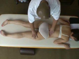 Spycam reluctant वाइफ seduced द्वारा masseur