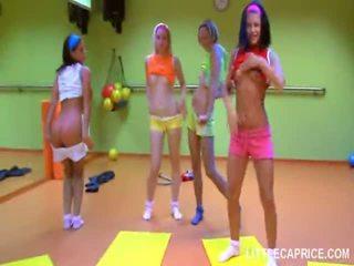 Četri smut pusaudze meitenes do aerobics kopā un loceklis zīst shaft