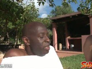 Ireng yoga guru drills a putih bokong