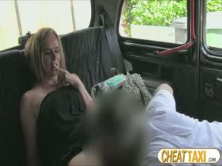 Vroče amaterke accidentally pissed taxi seats in pays lovely seks za to