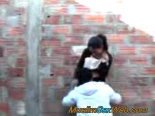 Árabe chica follada al aire libre