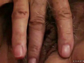 Nadržané prsnaté babka masturbovanie