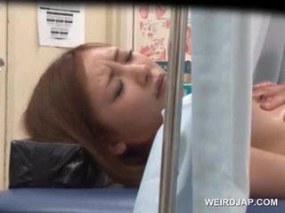 Asiatiskapojke sweetie gets henne snatch licked av lusty doktorn