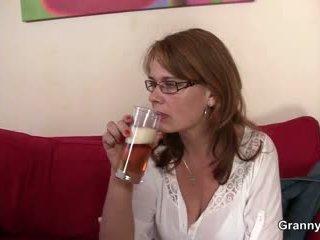 Drunken 엄마 gets 그녀의 여성 성기 교련