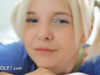 18yo blondie teasing et masturbate