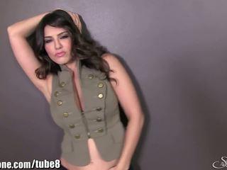 Sunnyleone sunny leone i henne militær outfit! ny solo!
