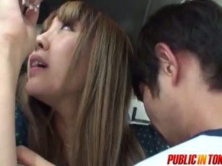 Sexy jovem grávida em um autocarro gets ejaculações em público sexo