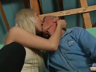 Blyg gammal guy seduced av blondin tonårs