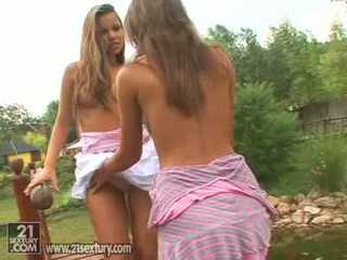 Brünett beib hannah jahimees licking peaches cookie outdoors