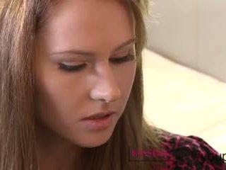 Berciuman resolusi tinggi besar payudara remaja dan berbulu alat kemaluan wanita milf mendapatkan basah ketika mereka kiss