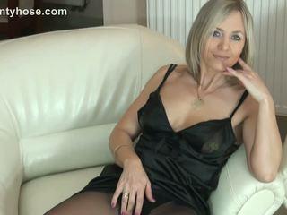 Seksuālā blondīne mammīte uz zeķbikses uncovers viņai pakaļa par divāns