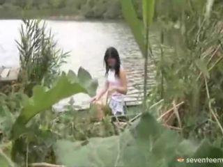 Prawny wiek teenagerage dziewczyna wewnątrz the łódka