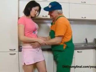 Poredne najstnice punca pays an old repairman za delo s ji mlada ozko seronja