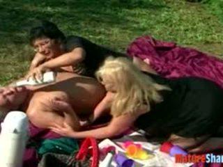 Lesbianas abuelita gordita al aire libre orgía