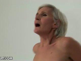 Viejo y joven lesbianas amor: abuelita loves un bueno culo plugging