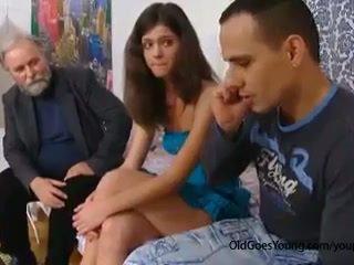 Tuhma vanha mies seduces a ujo tšekki teinit tyttö kun hänen boyfriend goes pois
