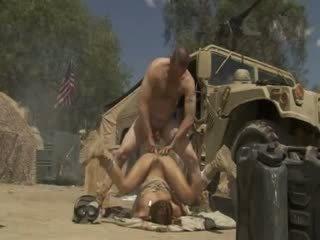 Excited jadra holly receives perses raske ja cummed poolt an sõjavägi soldier