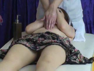 Spycam reluctant isteri seduced oleh masseur 2