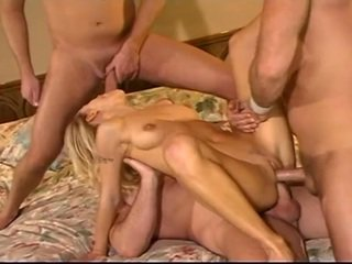 Blonda sluut takes trei cocks
