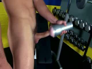 Fitnes dude wanking larg me lodër