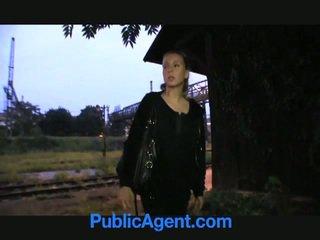 Loira jovem grávida fucks público agent