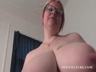 성숙한 금발의 masturbates 여성 성기 에 침대
