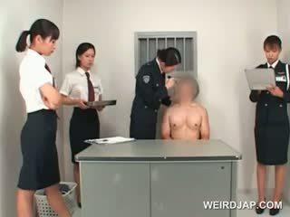Asiatic politie femeie toying male stramt fund pe o tabel