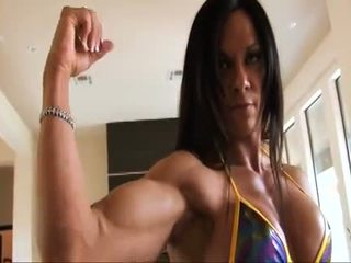 Perfecta fitness muscle mujer flexing su fuerte ripped biceps