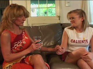 Mare tonti lesbian bunicuta sharing filthy dildo cu tineri gagica