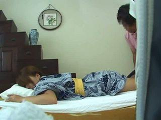 Jong vrouw thuis massage deel 1