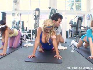 Si rambut perang panas babe gets tegar seks dalam yang gym
