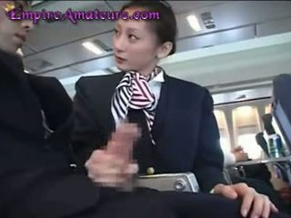 Ιαπωνικό αεροσυνοδός assists άνθρωπος