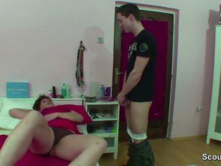 Мама спіймана німецька хлопець дрочіння коли wake вгору і отримати ебать