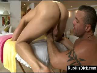 Gay gros homme poilu fucks guy en son cul sur massage table