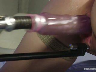 Short-haired شاب فتاة boung و مارس الجنس بواسطة حار آلات.