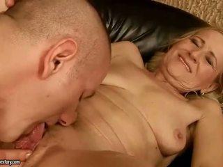 Sensuous grandmother dicklicking ja tegemine armastus youthful snake