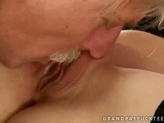 Gitta berambut pirang hubungan intim dengan tua orang