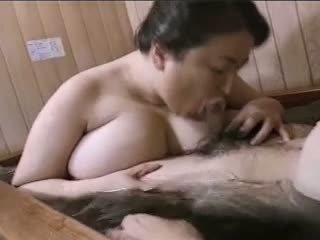 الآسيوية ناضج المرأة الجميلة كبيرة mariko pt2 bath (no censorship)