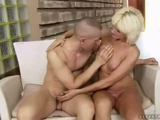 Uly emjekli çişik garry mama enjoys hard sikiş