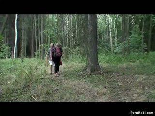 นมโต รุ่นยาย having สนุก ใน the ป่า